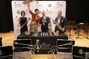 Sebastián Yatra inspira a estudiantes y dona instrumentos